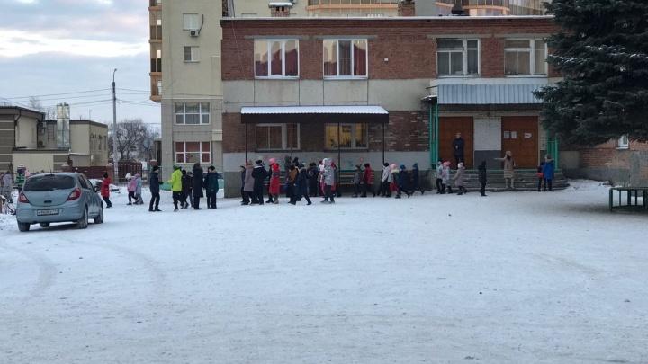 Из школы в пригороде Челябинска из-за возгорания эвакуировались больше 600 человек