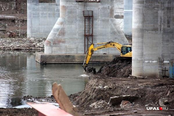 Будет проводиться монтаж конструкций пролетного строения пешеходного моста