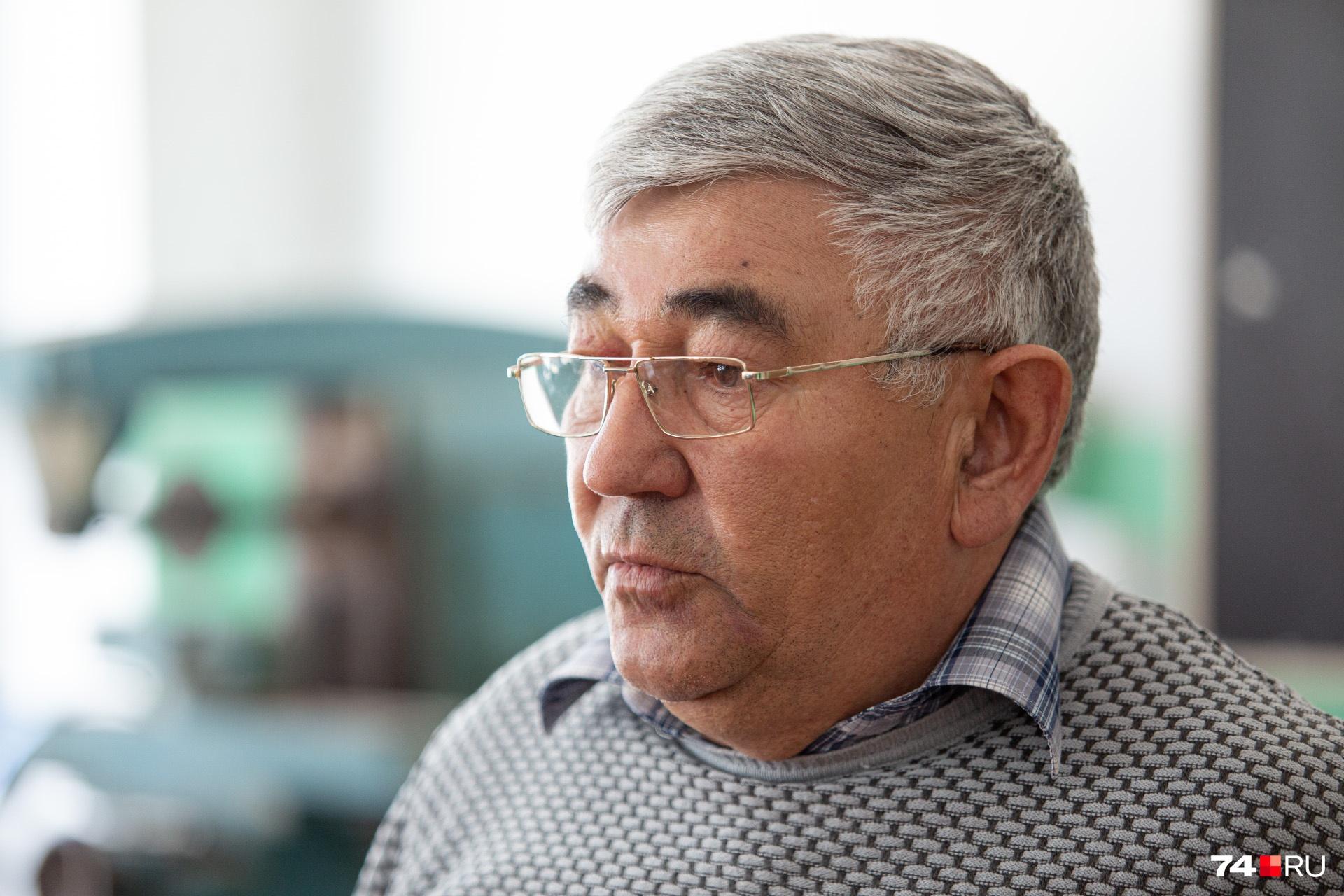 СагадейШамильевич — один из двух педагогов-мужчин в этой школе. Второй преподаёт физкультуру