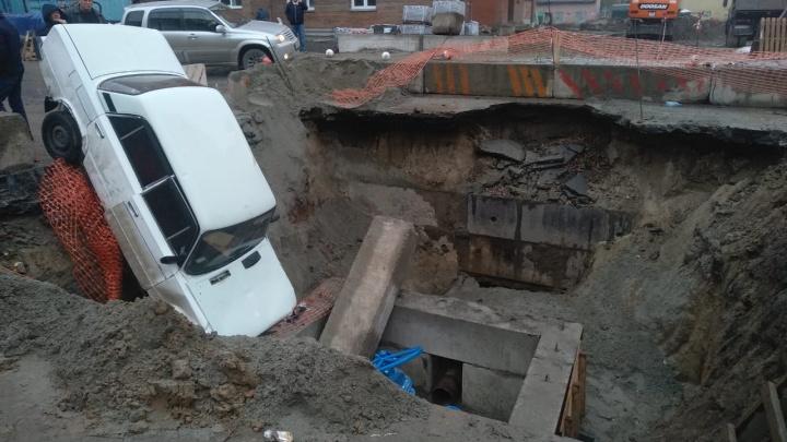 «Жигули» упали в яму на месте ремонтных работ на улице Серафимовича
