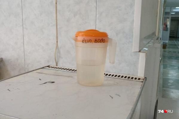 Вот такой кувшин воды, как утверждают пациенты, им наливают на целый день