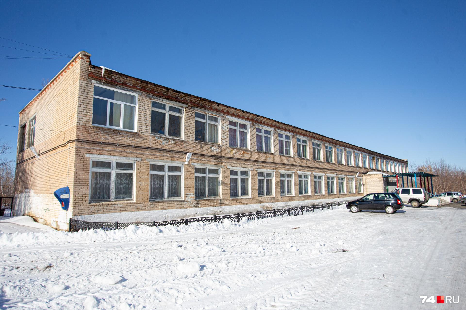 Школа в деревне Новая Соболева довольно большая для села, но учеников теперь немного