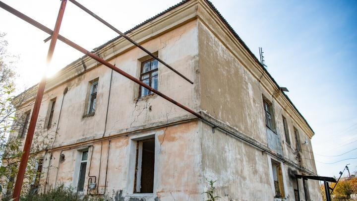 Губернатор Куйвашев пообещал найти квартиру многодетной семье, которая живет в разрушенном доме