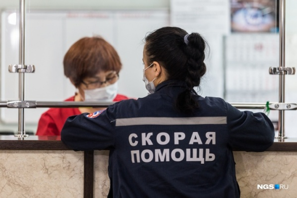 Сотрудник скорой помощи в приёмном отделении