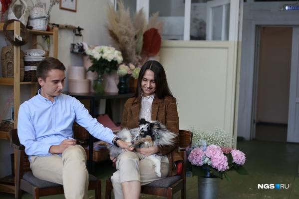 Дмитрий Воеводин, Анастасия Лямина и их собака по имени Оззи. Полтора года назад они открыли цветочную мастерскую в Новосибирске