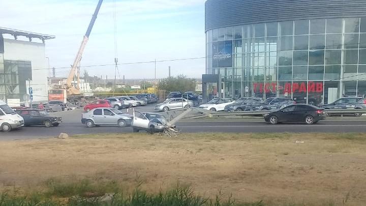 «Опору будто бы срезало»: в Волгограде серьезная авария парализовала движение на оживленной дороге