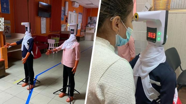 Роботы-дезинфекторы начали встречать пациентов детской поликлиники в Ростове