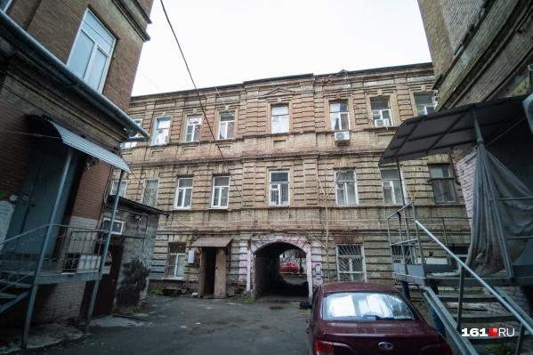 Проблему нерасселенного дома в самом центре Ростова начали обсуждать после инцидента