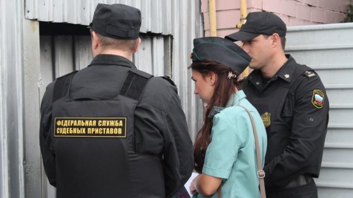 В Омской области пара угрожала ножами и ломом приставам, которые пришли забирать ребёнка