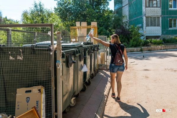 Во многих дворах за каждым домом закреплены определенные мусорные площадки