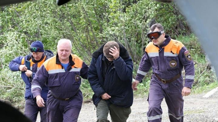 Застрявшего из-за паводка в зимовье больного охотника забрали на вертолете