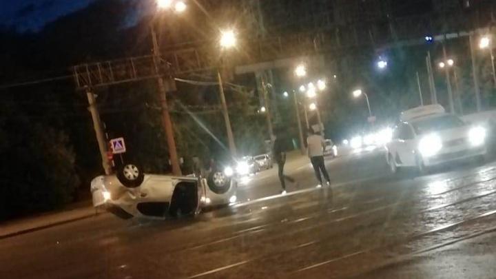На Челюскинцев такси с клиенткой перевернулось на крышу после столкновения с Mazda