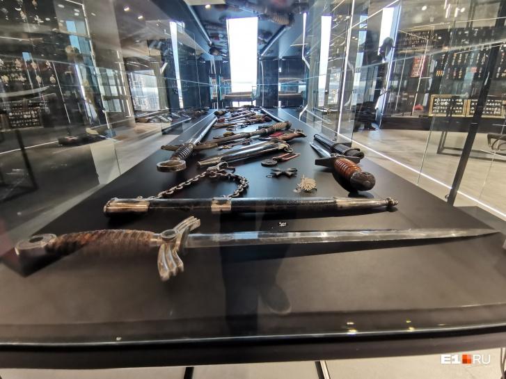 В музее множество ножей, кинжалов, шпаг и палашей
