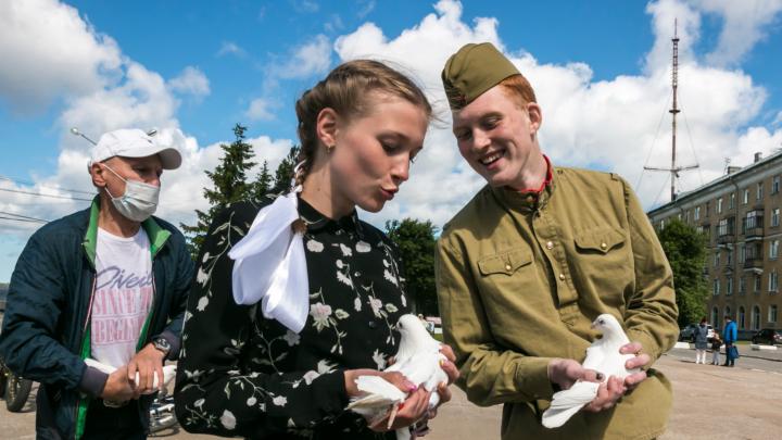 На лице — маска, в руках — птица мира: смотрите фото с празднования 75-летия Победы в Архангельске