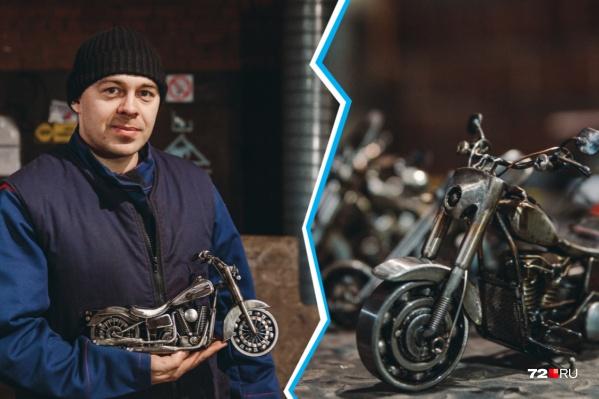 С ювелирной точностью Станислав делает уменьшенные многократно модели легендарных американских мотоциклов: их высота не превышает 15–20 сантиметров. Руль крутится, колеса— тоже, представляете?