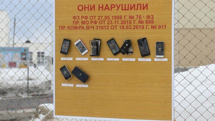 Российская армия в одном фото: в воинской части смартфоны нарушителей прибили гвоздями к доске позора