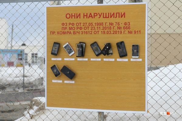 Сотовые телефоны прибиты к стенду гвоздями — просто и наглядно
