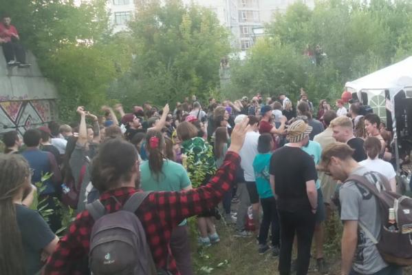 Несколько десятков подростков собрались на открытиефестиваля «Маргинальная ночь»