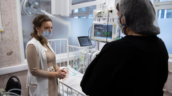 Челябинского малыша с редким заболеванием, усыновленного москвичами, доставили в столицу на самолете