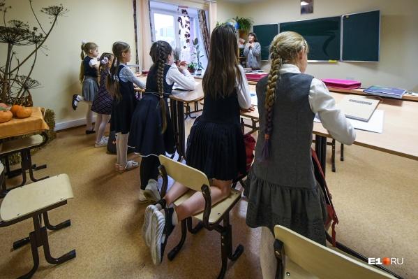В каждом классе этой школы есть и парты, за которыми можно сидеть, и конторки, чтобы учиться стоя