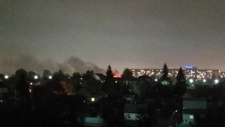В Калининском районе вспыхнули два частных дома — огонь может перекинуться на соседние здания