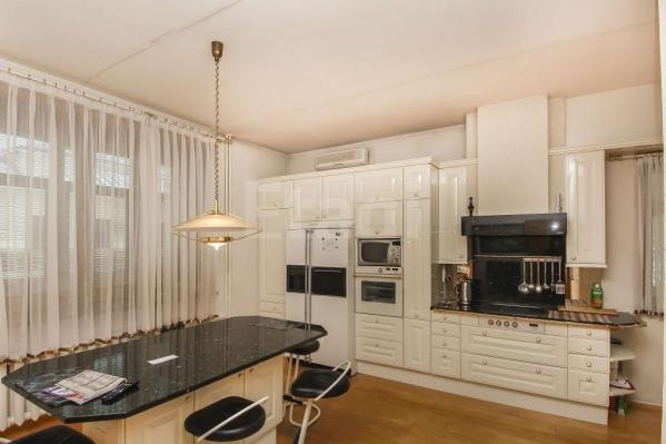 В доме 15 комнат, несколько этажей с крытыми лестницами и огромная кухня
