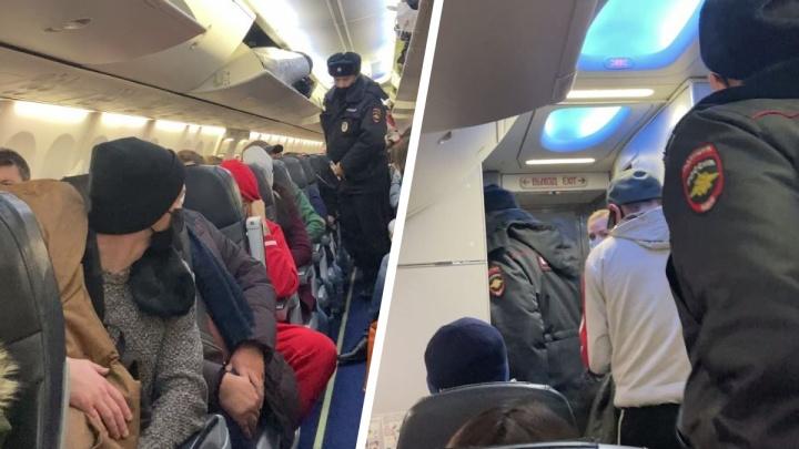 В Толмачёво полиция вывела из самолета одного из пассажиров — рассказываем, почему