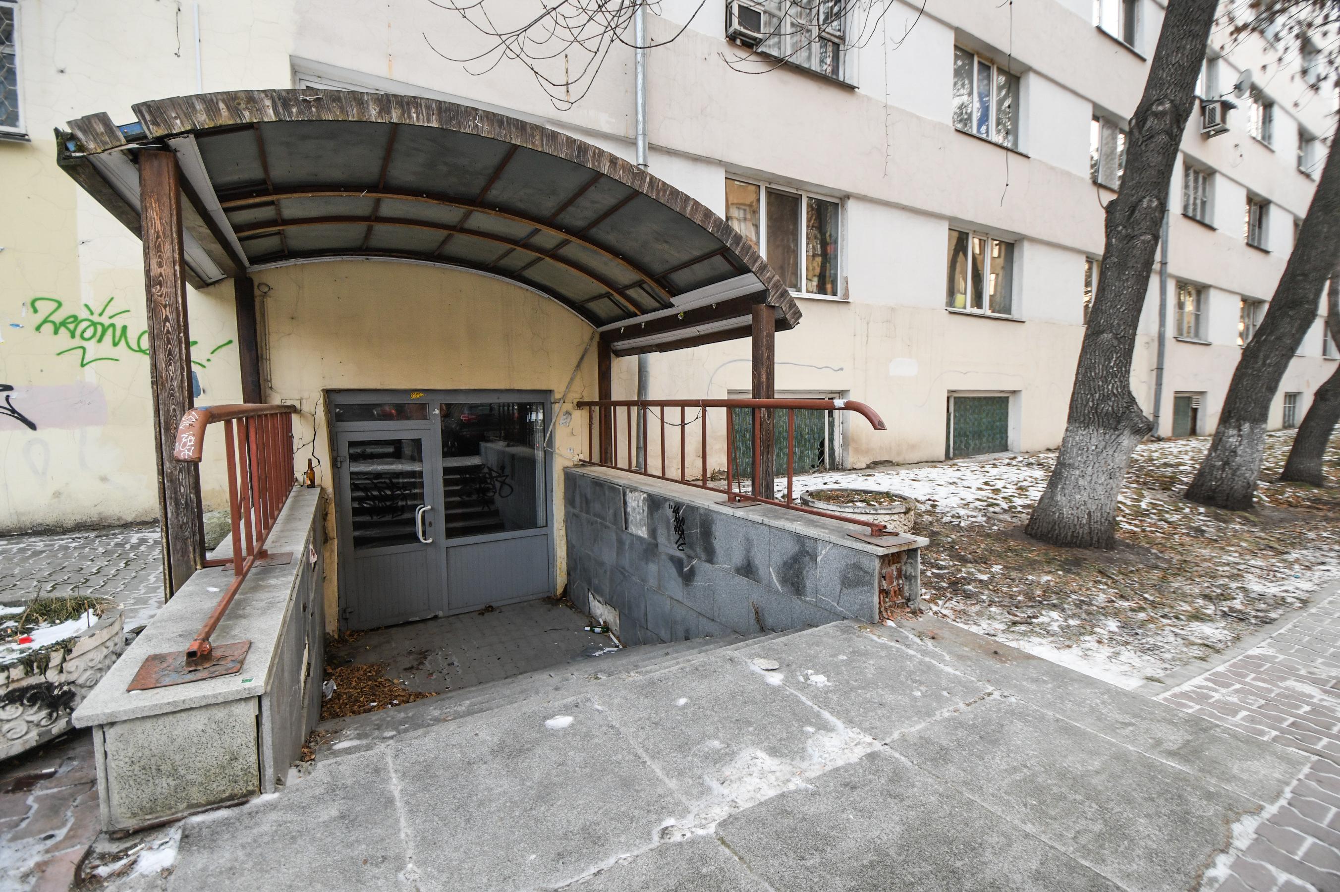 В доме раньше был продуктовый магазин, вход — через подвал