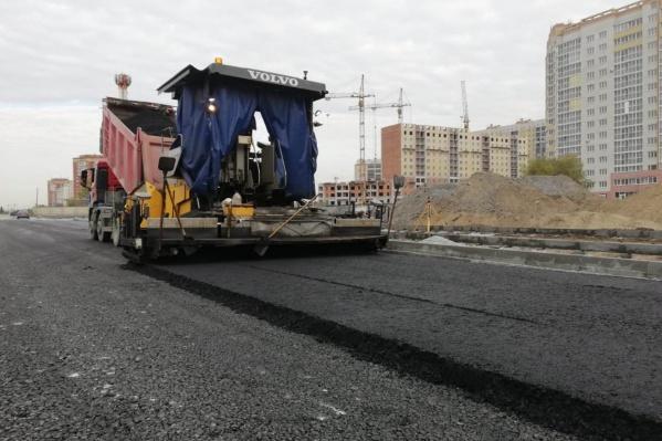 """Строительство новой дороги <a href=""""https://ngs55.ru/text/transport/2020/09/28/69485253/"""" target=""""_blank"""" class=""""_"""">подходит к концу</a>"""