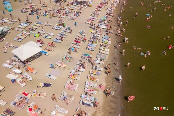 Пляж «Западный» на Шершнях сегодня был забит до отказа