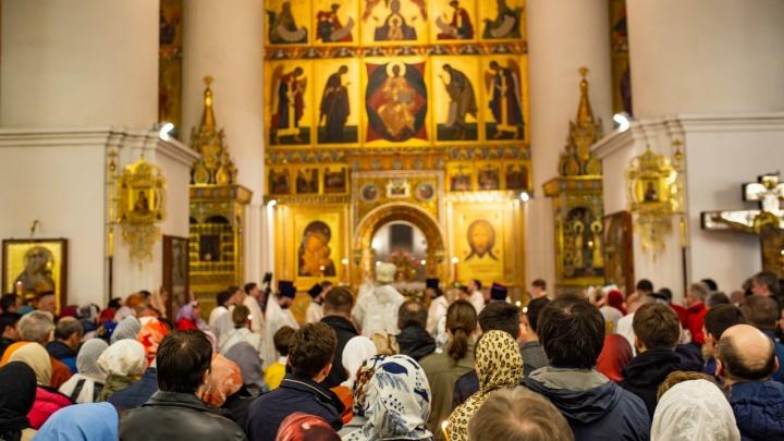 Крест и руку не целуем: как во время пандемии ходить в церковь и не подхватить вирус