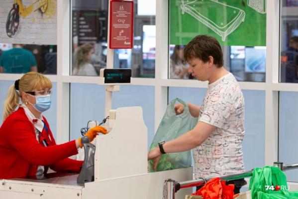 На этом фото кассир соблюдает все правила, а вот покупатель масочный режим игнорирует