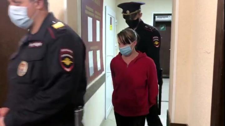 Омичку, которую обвинили в истязании трёхлетней дочери, заключили под стражу