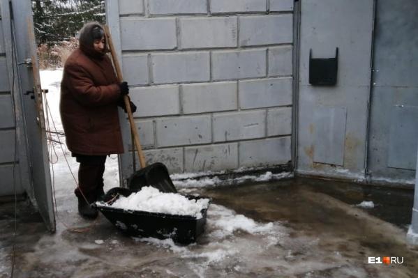 У пенсионерки Нины Иосифовны вода затопила двор и дошла до крыльца дома