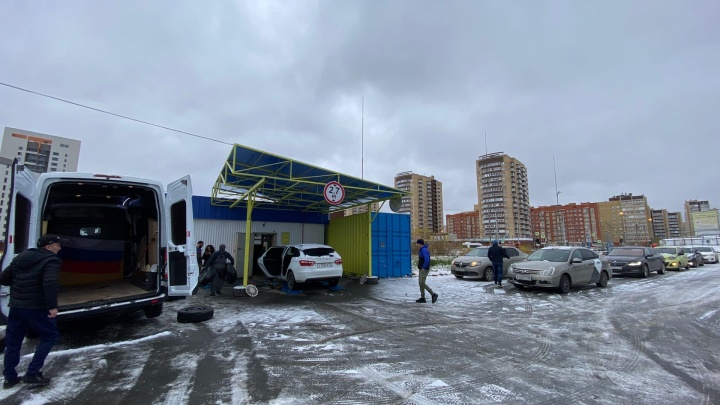 «Приезжает по 50 машин в день»: из-за снега на тюменских шиномонтажках начался ажиотаж