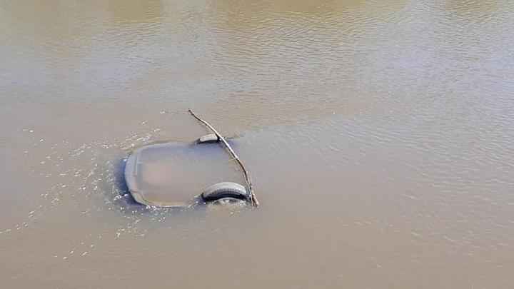 В Башкирии в реке обнаружили перевернутый автомобиль, внутри находились двое мертвых мужчин