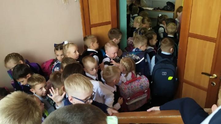 Где социальная дистанция? Родители екатеринбургских школьников рассказали о толпах на входе