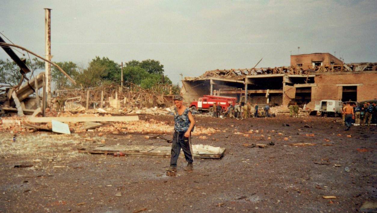 Утро 3 июля 2000 года. Территория базы после взрыва