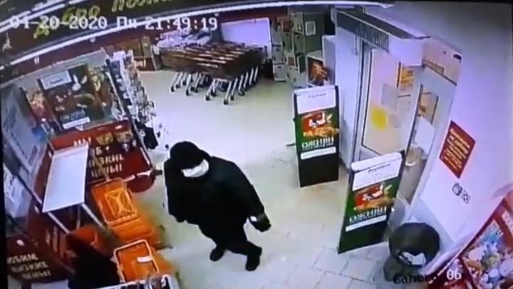 Справился за 11 секунд: появилось видео взрыва банкомата в Ревде, который устроил преступник в маске