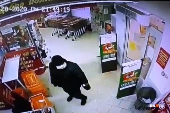 Мужчина был в маске