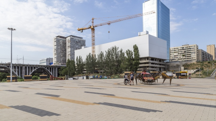 Депутат облдумы и владелец гостиницы отвоевал у мэрии Волгограда «золотое место» на Предмостной площади