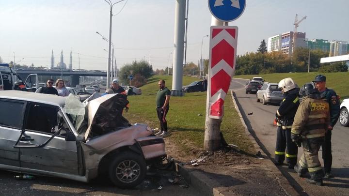 В центре Уфы ВАЗ-2114 врезался в столб, водителя пришлось деблокировать — есть видео