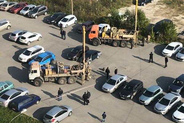 Жителей возмутила бурильная установка посреди их парковки