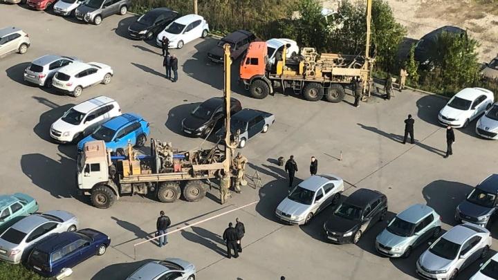 Рабочие начали бурильные работы на парковке, за которую воюют жители Эльмаша