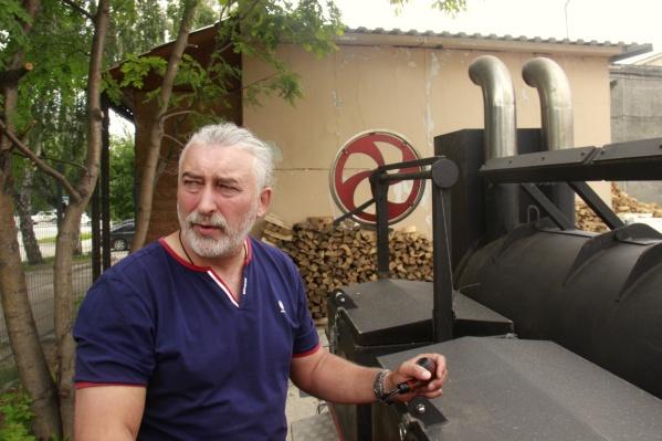 Юрий Курочкин у своего «техасского смокера»