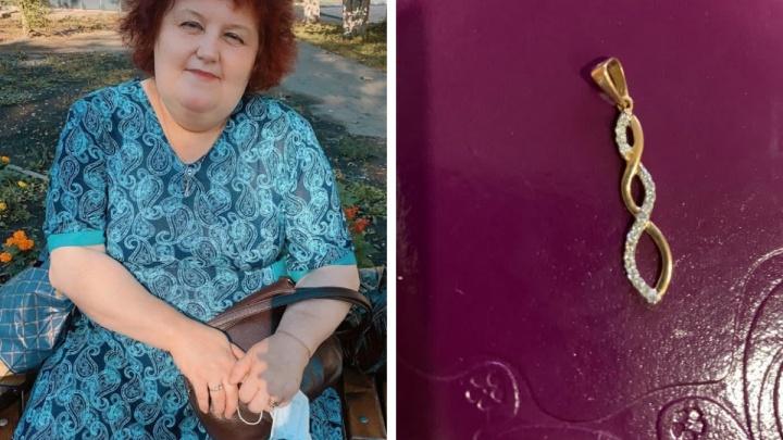 «Никогда их не снимала»: дочери погибшей от ковида учительницы заявили о пропаже ювелирных украшений