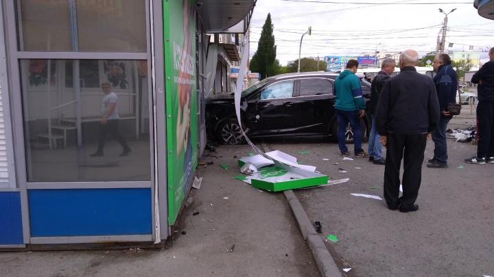 Челябинка на Lexus пошла на взлёт в метре от пешехода на тротуаре и врезалась в киоск. Смотрим видео