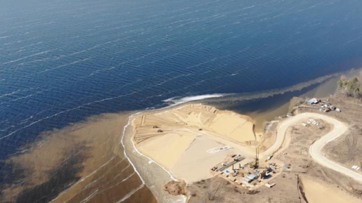 Ушли в воду: блогер снял на видео с высоты строительство моста через Волгу у Климовки