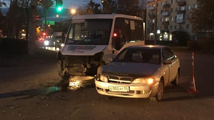 В Нефтяниках водитель без прав въехал в маршрутку с 18 пассажирами