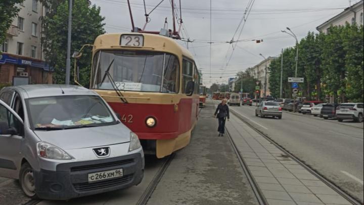 «Решил резко повернуть»: появилось видео, как в центре Екатеринбурга трамвай врезается в Peugeot